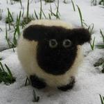 Plstěná ovečka z ovčího rouna