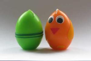 Svíčky ve tvaru vajíček s proužky a jako kuře