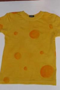 Na žlutém tričku namalované oranžové skvrny jako sýr