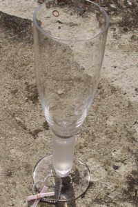 Svatební sklenice zdobená drátovaným srdíčkem