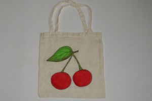 Taška s namalovanými třešněmi