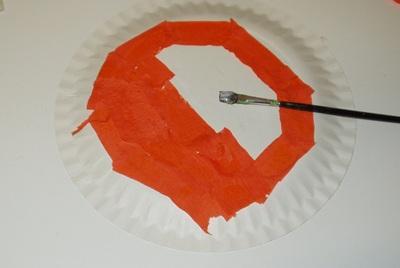 Lepení krepového papíru na talíř
