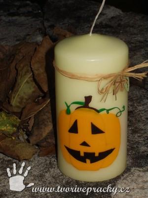 Podzimní svíčka zdobená strašákem z voskových plátků