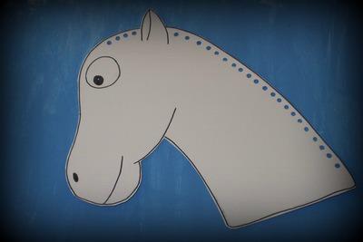 Vystřihnutí a proděravění papíru se šablonou koně