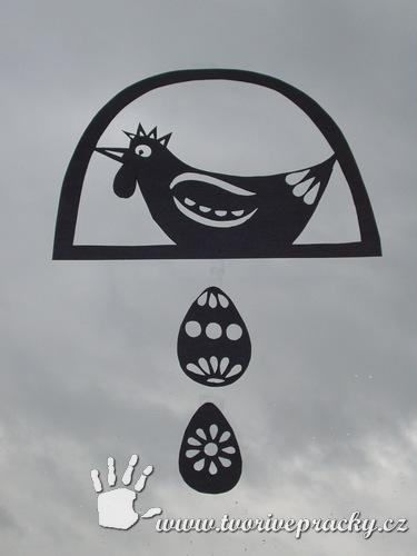 Vystřihnutá šablona vystřihovánky slepičky s vajíčky v okně