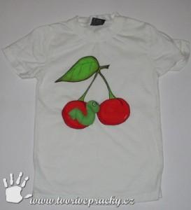 Tričko s namalovanými třešněmi a červíkem