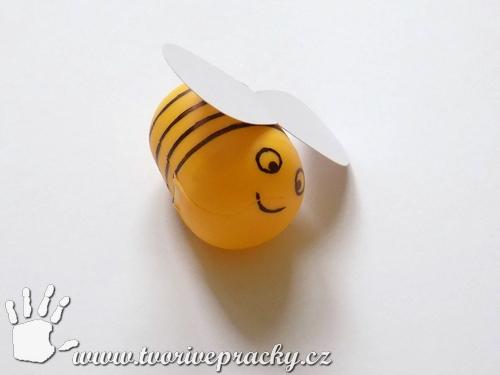 Včela z obalu od Kinder vajíčka