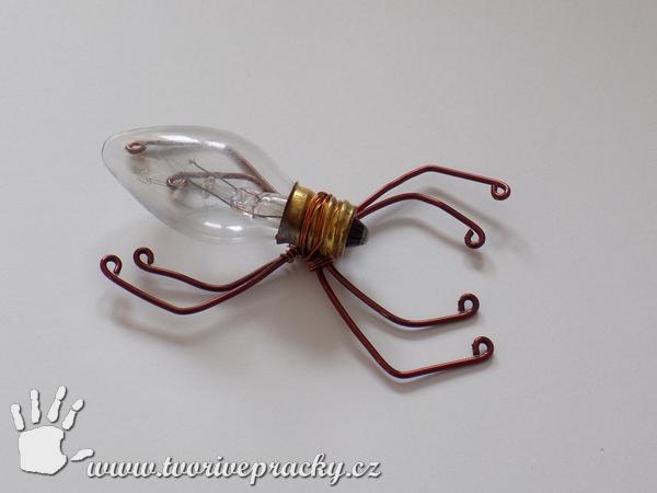 Drátovaný pavouk ze žárovky