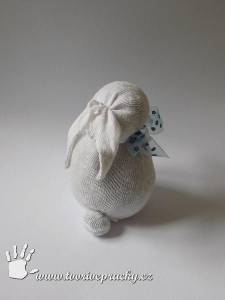 Zajíc z ponožky zezadu