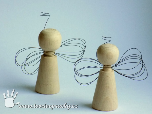 Dřevění andělé s drátovanými křídly