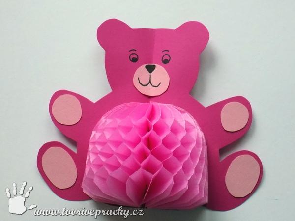 Medvěd s břichem z plástvového papíru