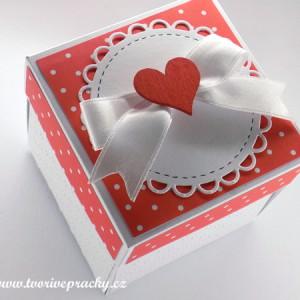 Ručně vyrobená krabička z papíru, puntikovaná s beruškama pro darování peněz