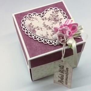 Fialová svatební krabička s květy