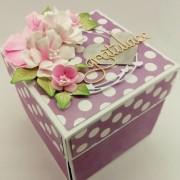 fialová krabička k darování peněz k narozeninám s puntíky