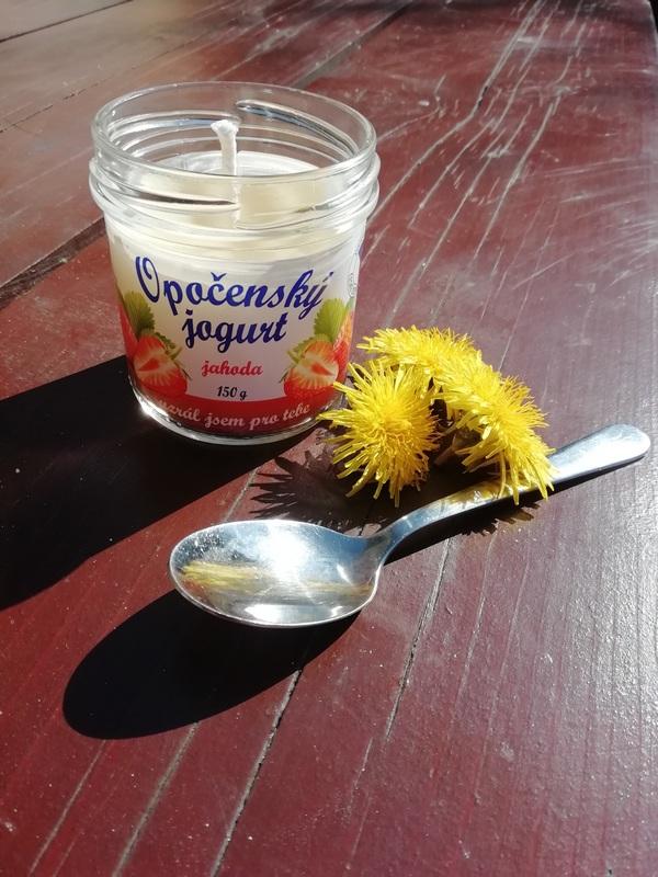 Litá svíčka ve skleničce od jogurtu