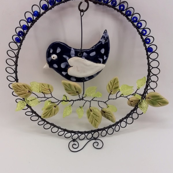 Dekorace z černého žíhaného drátu s keramickým ptáčkem